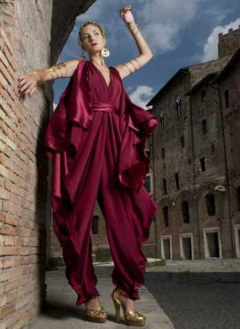 Un vestito color vinaccio di Grimaldi e Giardina che con pieghe e svolazzi fà onore ai fasti dell'impero romano